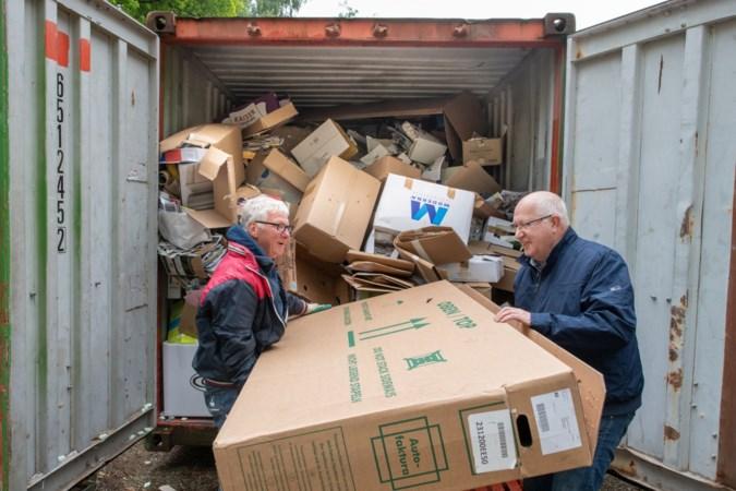 Sjaak Verheggen en Chris Hermans pakken de ene doos na de andere aan. Afbeelding: ERMINDO ARMINO